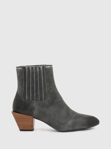 Chelsea boots in crackled leather