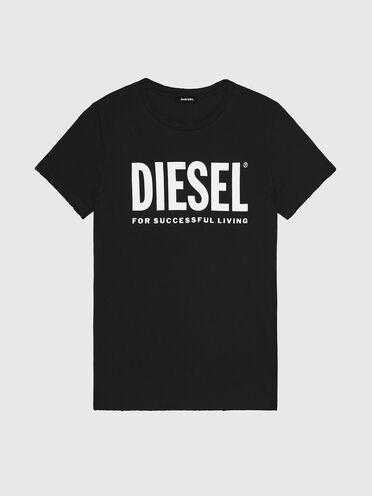 T-shirt with upfreshing treatment