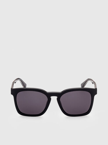 Sunglasses with squared proportions frame