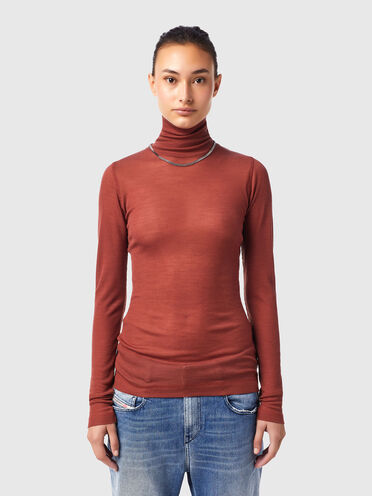 Roll-neck top with chain necklace